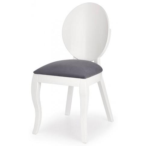 białe krzesło tapicerowane